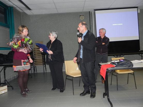 Laurence remettant à Agnès cadeau et bouquet de fleurs pour son dévouement au club