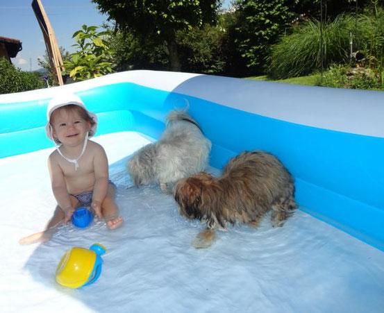 Mit Enkelkind im Pool! Mit Bollis kann man alles machen:))
