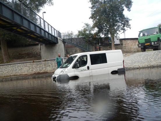 Prima di lasciare il paese mi imbatto in un furgone parcheggiato decisamente male. Fortuna che il fiume ha acque basse e uno spirito gentile.