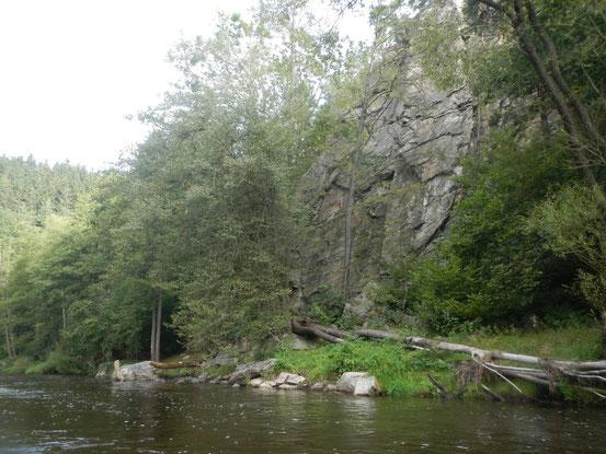 Una palestra d'arrampicata lungo la riva.
