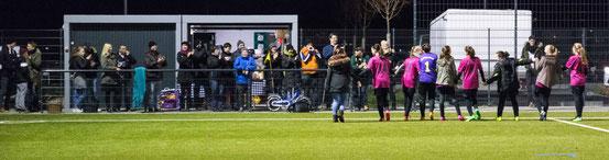 Nach einem spannenden Match bedanken sich die Mädchen bei ihren treuen Fans