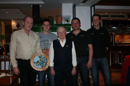 Foto von links: Günther Bortolotti, Richard Meininger, Ehrenschützenmeister Max Krickl, Schützenmeister Martin Schreindl und Sportleiter Stefan Zettl.