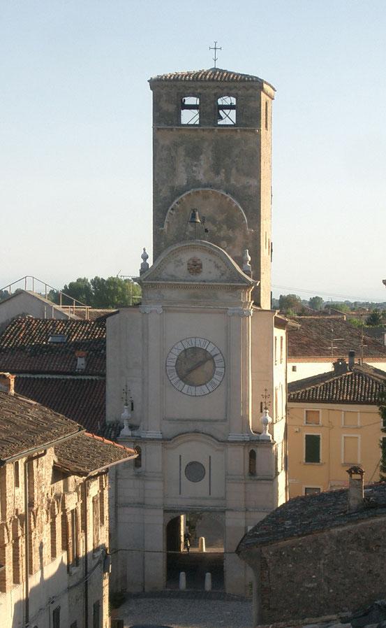 Torre Civica, Veduta con edificio merlato antistante.