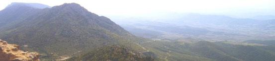 Une route menant vers une vallée voisine