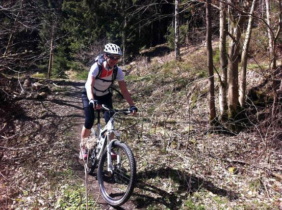 Kästeklippentour: Mountainbikerin fährt auf Trail bergab