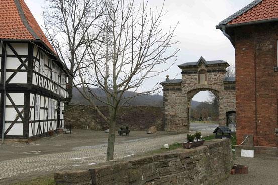 Das Einfahrtstor vom Klostergut aus. Im Hintergrund der Harlywald.