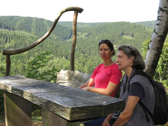Steinway-Trail: Zwei Wanderinnen machen Pause an einer Bank