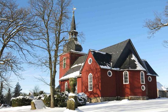 """Kirche """"Zur Himmelspforte"""" in Hohegeiß. Rot gestrichene Holzkirche."""