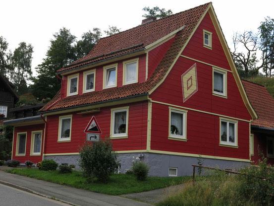 Höhenwanderweg Sankt Andreasberg: rot bemaltes Holzhaus in der Unterstadt
