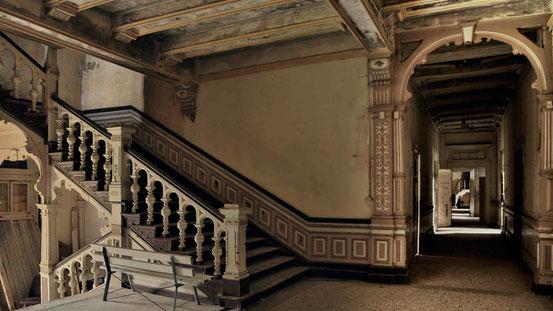 Vergessen im Harz: Altes Haus im Harz, Treppenhaus mit Geländer, Bank, Blick in einen langen Flur