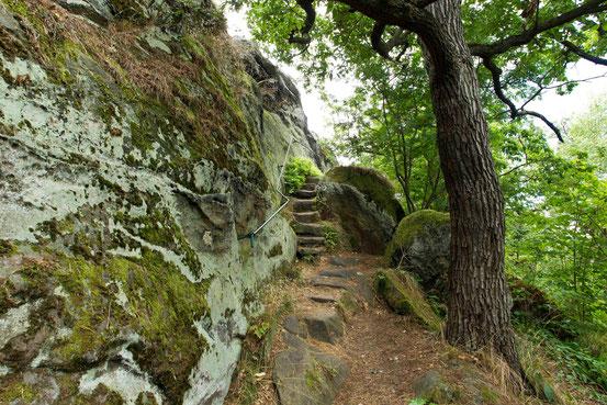 Wanderung Teufelsmauer. In Stein geschlagene Stufen führen steil nach oben, Geländer gibt Halt.