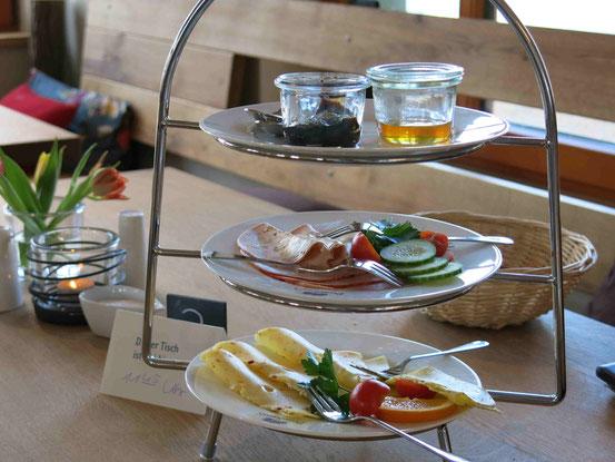 """Stilvoll mit Etagere wird das Frühstück im """"Gast- und Logierhaus Aussichtsreich"""" serviert. Ein paar Zutaten sind schon weggegessen."""