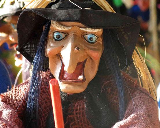 Souveniershop Hexentanzplatz/ Thale: Hexenfigur mit schwarzem Hut, blauen Haaren und großer Nase in Nahaufnahme