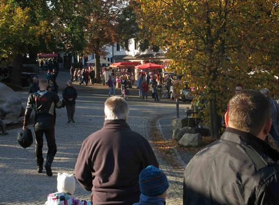 Hexentanzplatz bei Thale/ Harz: Menschen, Souveniershops, Sonnenschirme
