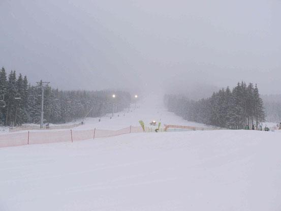 Schnee und Nebel am Wurmberg: Blick auf die schwarze Piste neben dem Vierer-Sessellift