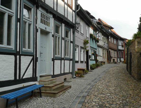 Fachwerkhäuser entlang der Mauer am Fuße der Stiftskirche in Quedlinburg