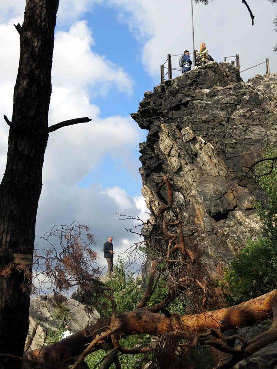 Großvaterfelsen bei Blankenburg mit Menschen auf dem Aussichtspunkt
