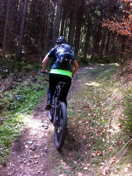 Kästeklippentour: Mountainbikerin auf Trail bergauf
