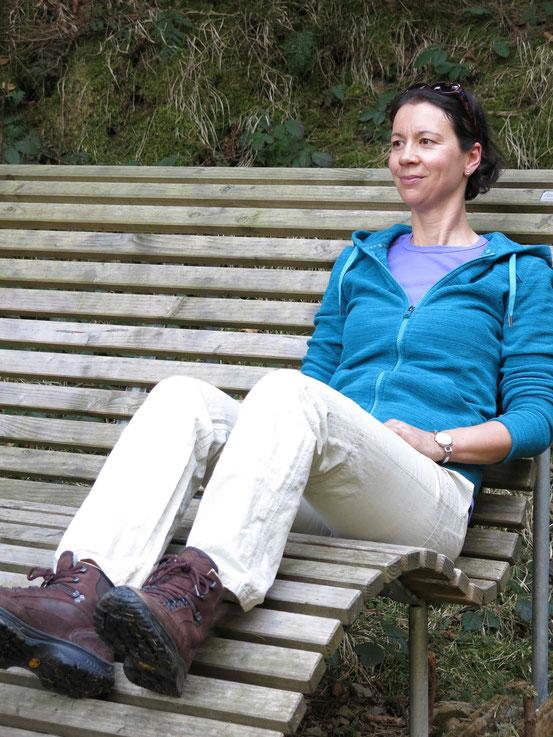Wanderpause während der Kästeklippentour: Monika Herbst auf einer Bank