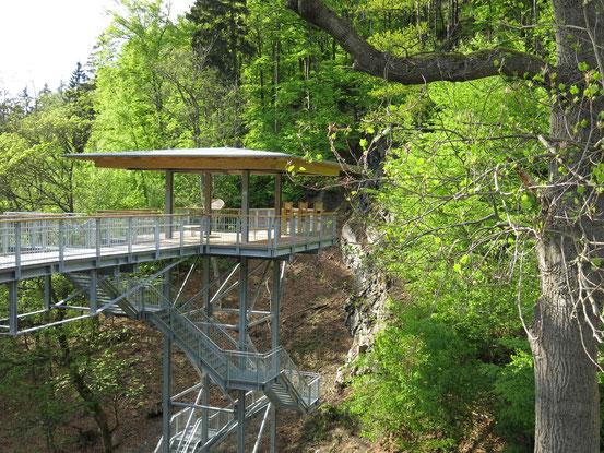 Baumwipfelpfad Bad Harzburg: Aussichtsplattform mit Geologie-Station vor einem Fels