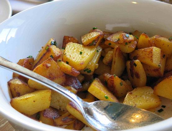 Nahaufnahme Bratkartoffeln mit Schnittlauch