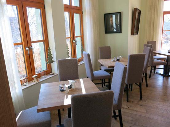 Gast- und Logierhaus Aussichtsreich auf dem Burgberg in Bad Harzburg. Tische im Restaurant.