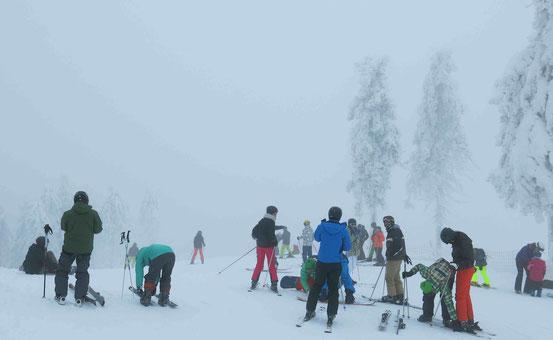 Bunt gekleidete Skifahrer im Harz/ Wurmberg