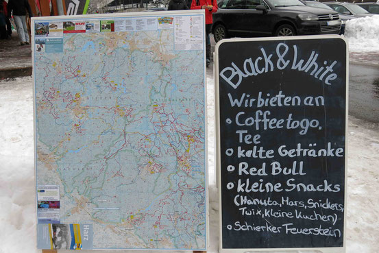 """Schild mit der Aufschrift: """"Wir bieten an • Coffee to go. Tee • kalte Getränke..."""""""