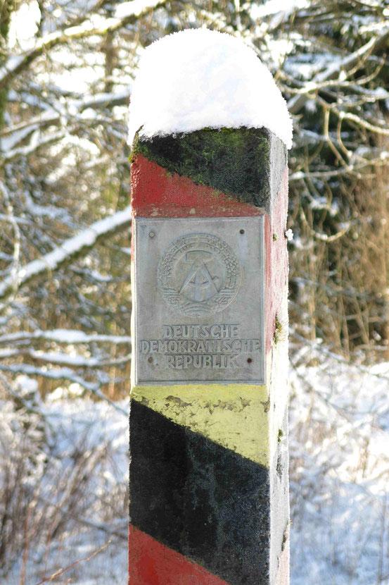 """Grenzstein innerdeutsche Grenze mit Aufschrift """"Deutsche Demokratische Republik"""""""