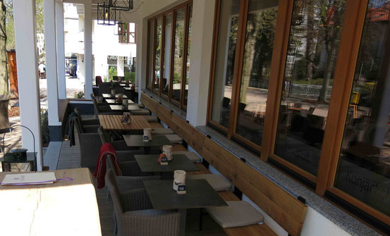 Veranda mit Tischen und Stühlen, Café und Restaurant Plumbohms Bad Harzburg