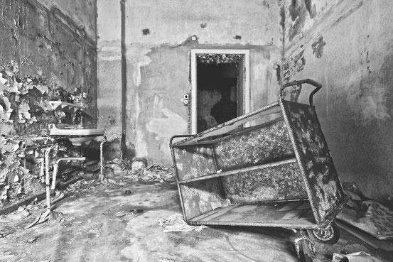 """Verfallenes Zimmer im ehemaligen FDGB-Erholungsheim """"Hermann Duncker""""."""