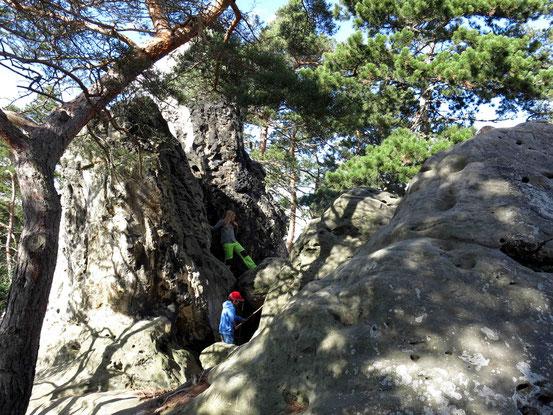 Zwei Kinder klettern auf Felsen an der Teufelsmauer