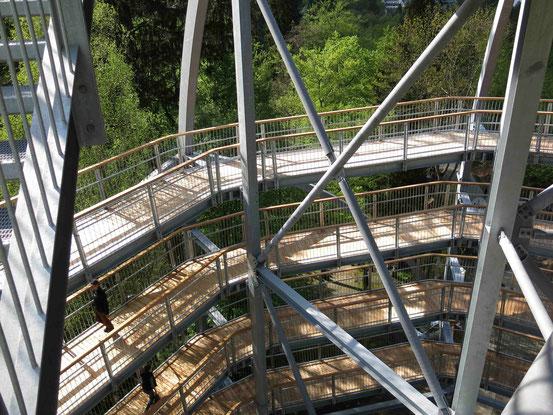 Baumwipfelpfad Bad Harzburg: Der Eingangsturm aus Stahl. Innenansicht mit spiralförmigen Wegen
