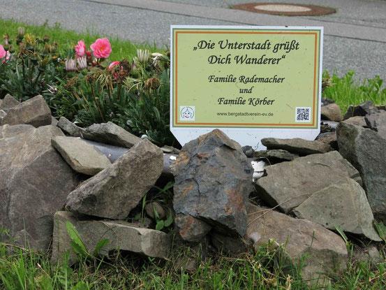"""Höhenwanderweg Sankt Andreasberg: Schild mit der Aufschrift """"Die Unterstadt grüßt Dich Wanderer"""""""