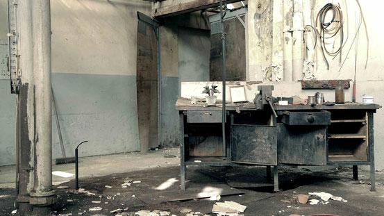 Vergessen im Harz: Foto aus einer verlassenen Fabrik mit Werkbank