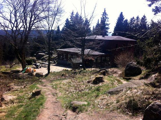 Blick vom Wanderweg zur Kästeklippe auf das Gebäude der Waldgaststätte Kästehaus