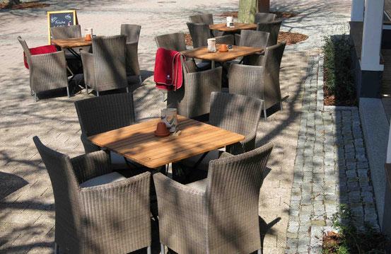 Tische und Stühle in der Fußgängerzone in Bad Harzburg, Café und Restaurant Plumbohms