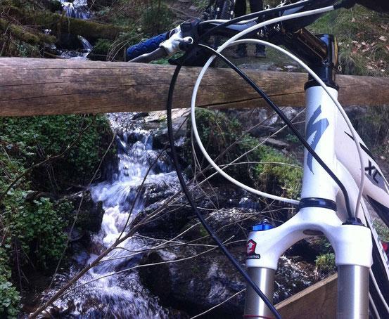 Kästeklippentour Harz: Mountainbike lehnt an Brücke vor Bach