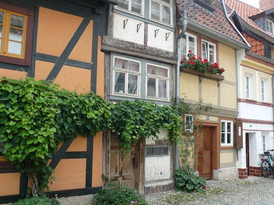 Winzige Fachwerkhäuser in der Wassertorstraße in Quedlinburg