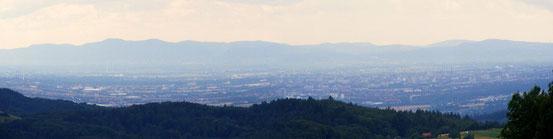 Blick zur Oberrheinischen Tiefebene und zum Pfälzer Wald