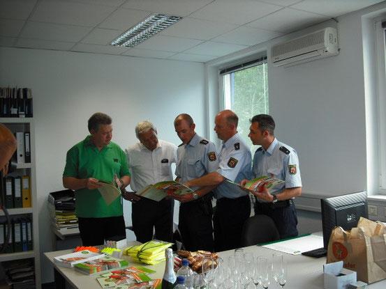 Dieter Lauerbach (Geschäftsführer der Kreisverkehrswacht Ludwigshafen e.V.), Polizeipräsident Jürgen Schmitt, Polizeihauptkommissar Swen Nußbaum, Polizeioberkommissar Thomas Betz und Polizeikommissar Uwe Dupré