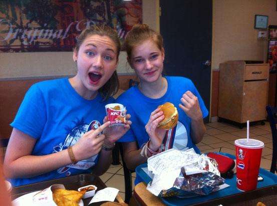 Kirstines erstes mal in einem KFC, sie ist ziemlich überweltigt von der geschmacklichen vielfalt *hust*