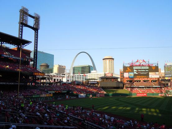 Im Hintergrung the Arch, das Wahrzeichen St Louis