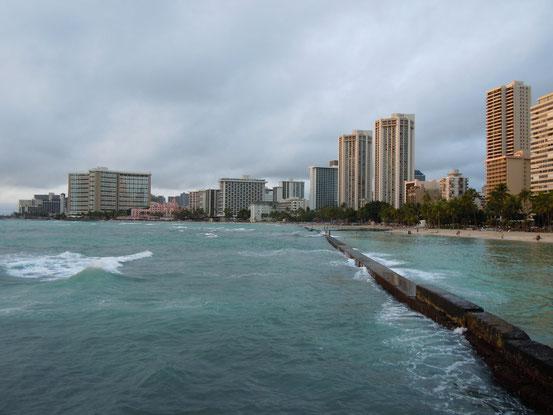 Honolulu, Von einer Brücke die in das Wasser reicht