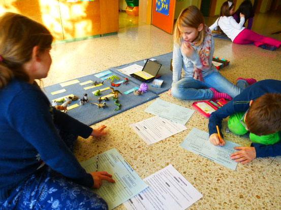 Informationen über Tierklassen und Tierevolution aus dem Text entnehmen und eine Tabelle erstellen. Damit können die Tierfiguren nach  den Klassen und Merkmalen geordnet werden.