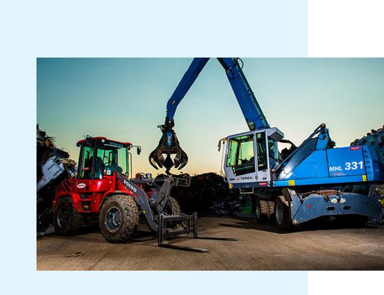 Traktor und Kran des Demontage-Services von Beinschab Entsorgung