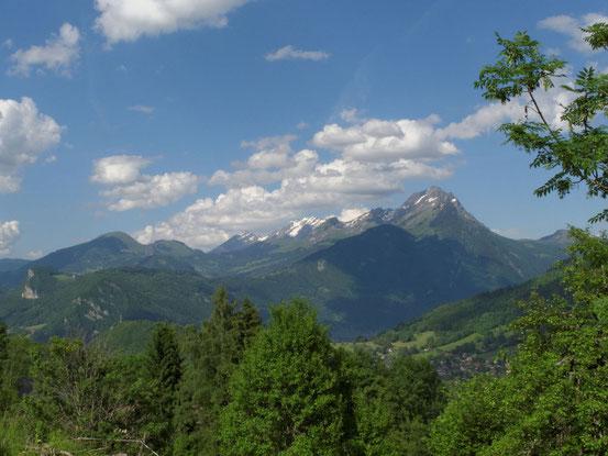 A gauche, la montagne de Sulens