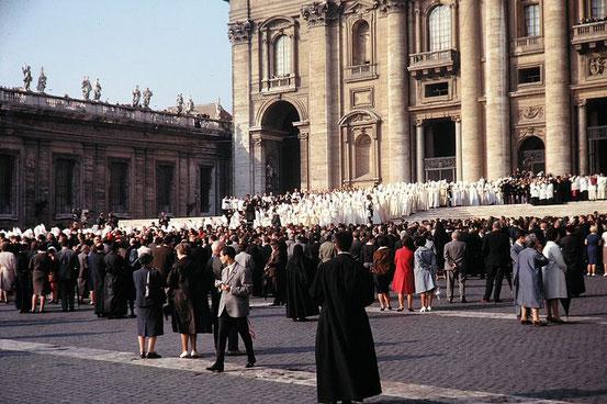 Feierlicher Einzug der Konzilsväter in die vatikanische Petersbasilika