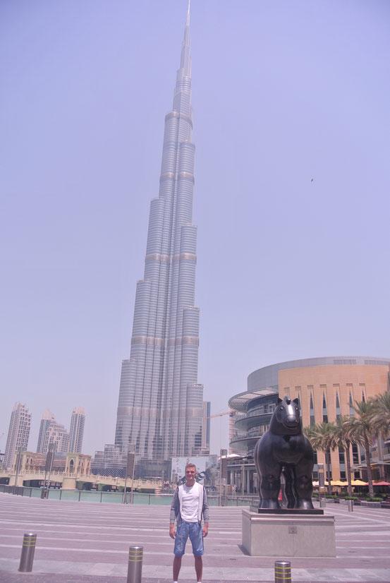 Ich vor dem Burj Khalifa – dem höchsten Gebäude der Welt.