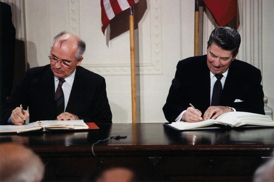 Quelle: http://de.wikipedia.org/wiki/Datei:Reagan_and_Gorbachev_signing.jpg